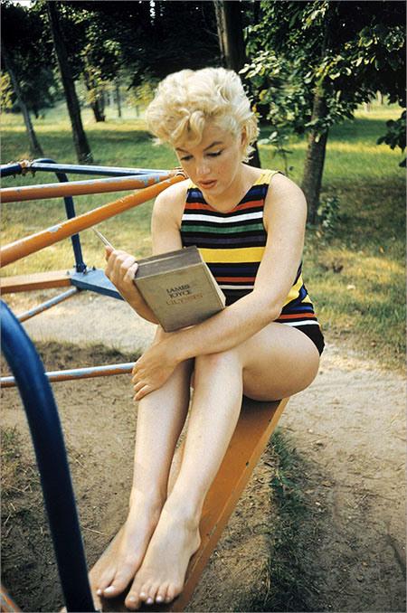 marilyn-monroe-reading-ulysses-by-james-joyce