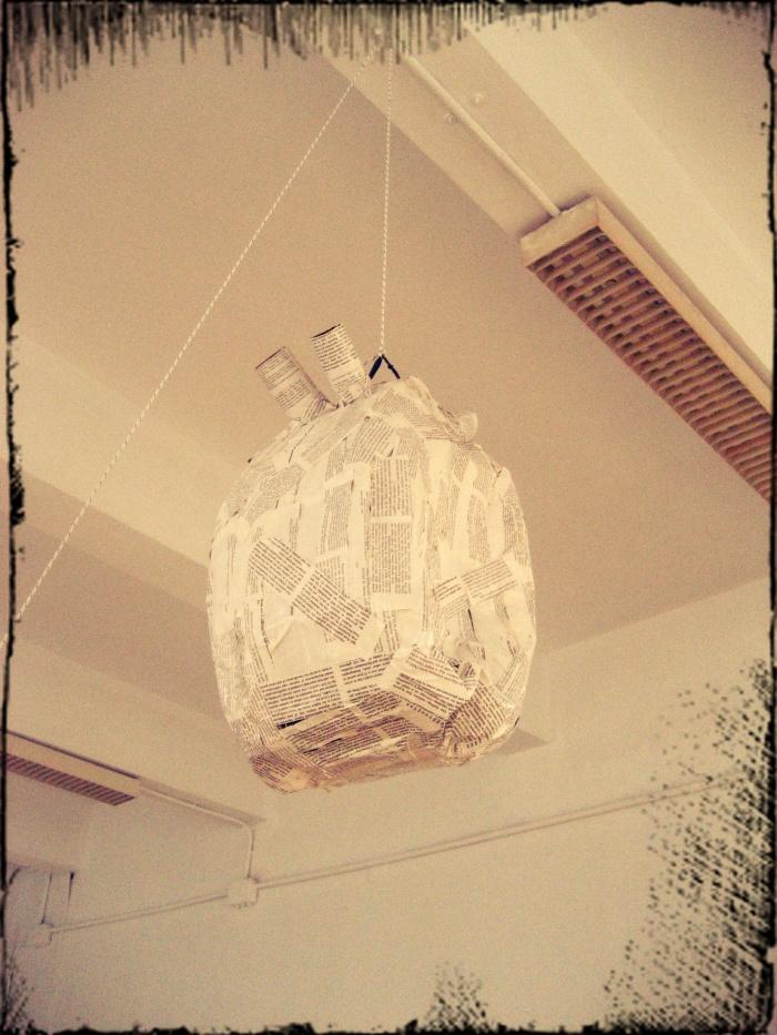 Piñata-corazón con tiras de revistas científicas, de J. Magalhães para O Ollo da Arte