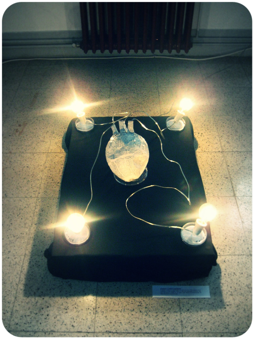 Circuçito con corazón de anacos de revistas científicas, feito por J. Magalhães para O Ollo da Arte