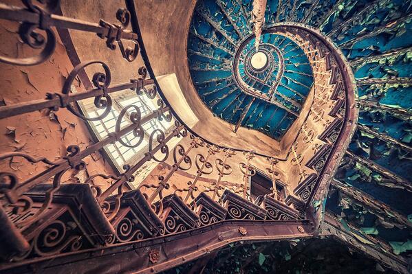 Escaleira en castelo abandonado